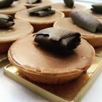 Ατομικές τάρτες με γκανάζ σοκολάτα - καραμέλα