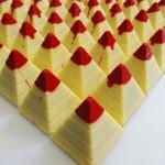 Πυραμίδες λευκής σοκολάτας με γέμιση βύσσινο