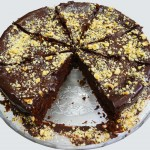Κέικ χωρίς γλουτένη με μαύρη σοκολάτα και φουντούκι